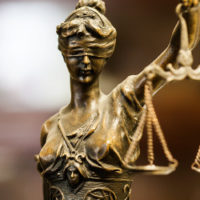 Δικαστές που κάνουν χάρες, ή δικαστές που δικάζουν δίκαια;